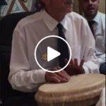 padrinho Valdete tocando percussão